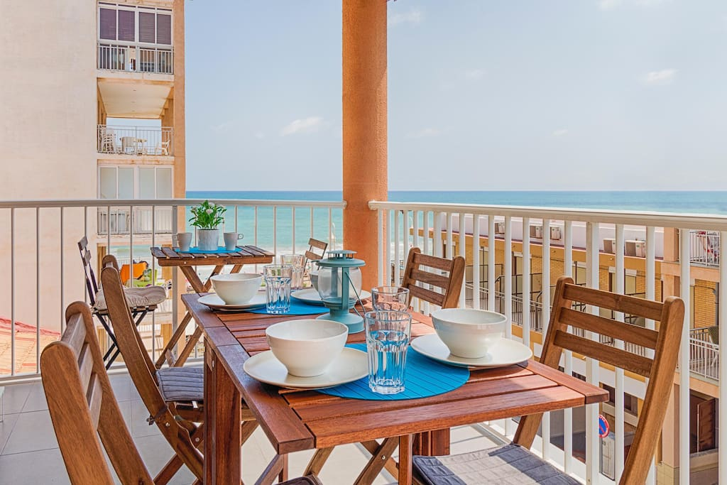 Balcony with sea views. Perfect for breakfast, lunch and dinners