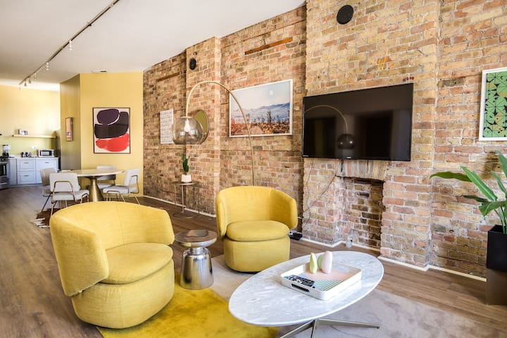 BEAUTIFULLY remodeled flat DOWNTOWN - Sleeps 10!