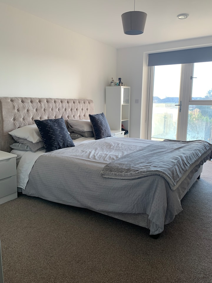 Modern double room with balcony in Borehamwood