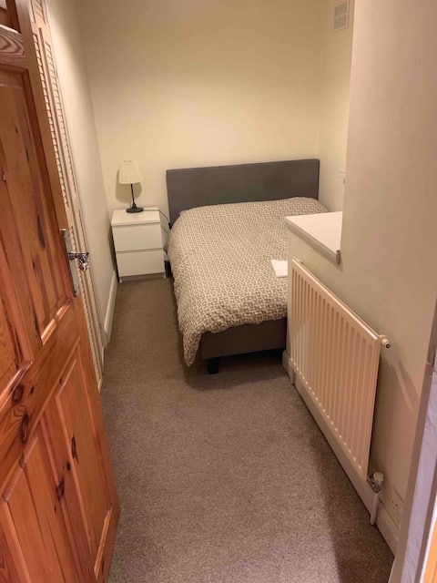 Comfy, Modern & Clean Small Double Room with WiFi