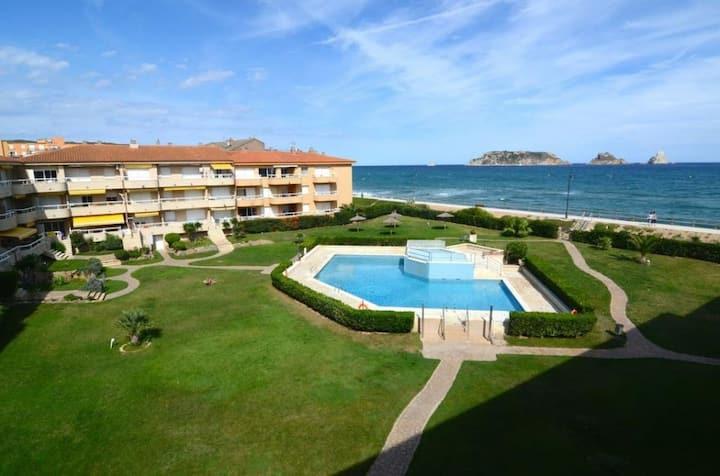 Apart. con vistas al mar y playa a 10 m. Piscina.