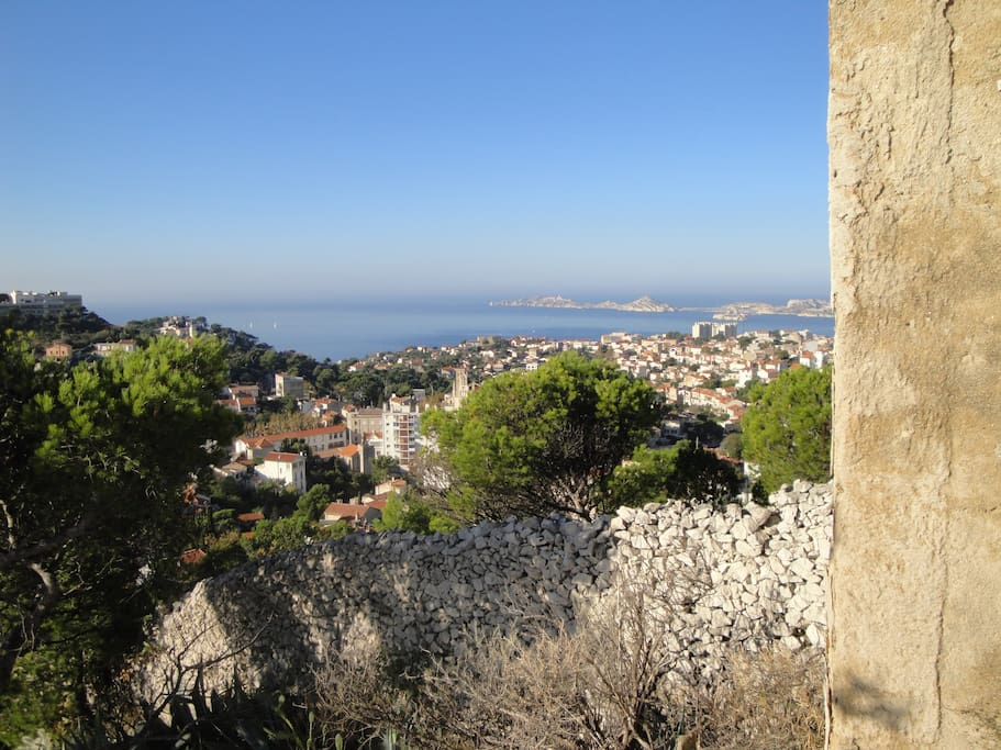 La vue sur la mer et les îles du Frioul de la terrasse supérieure