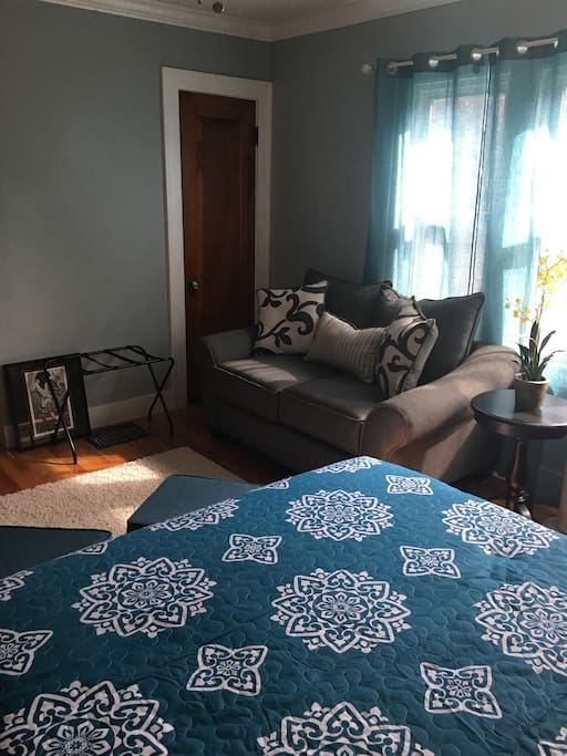 Large bedroom with seating area. Netflix and Hulu access!