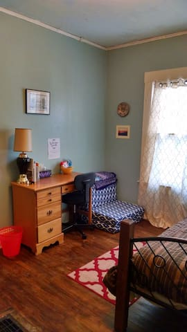 Guest room in vegan household - Syracuse