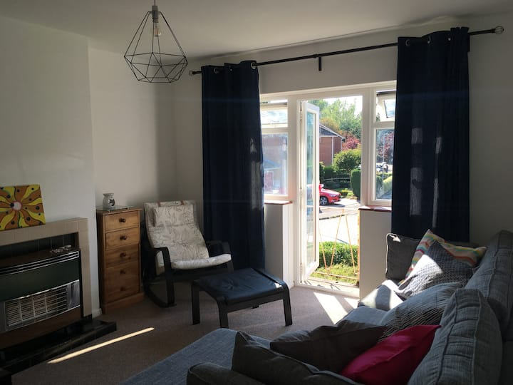 M&M 2 bed flat - Up to 6 guests - near station