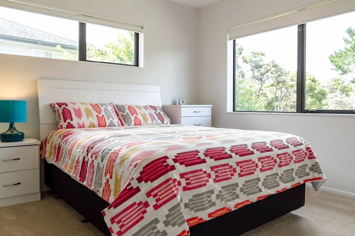 Comfortable Master Room, with stunning bush view - Auckland