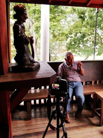 Sr Ditinho Joana, famoso escultor sambentista, Possui seu ateliê aberto ao público no bairro do Quilombo.