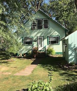 Quaint Cottage on Lake Ontario