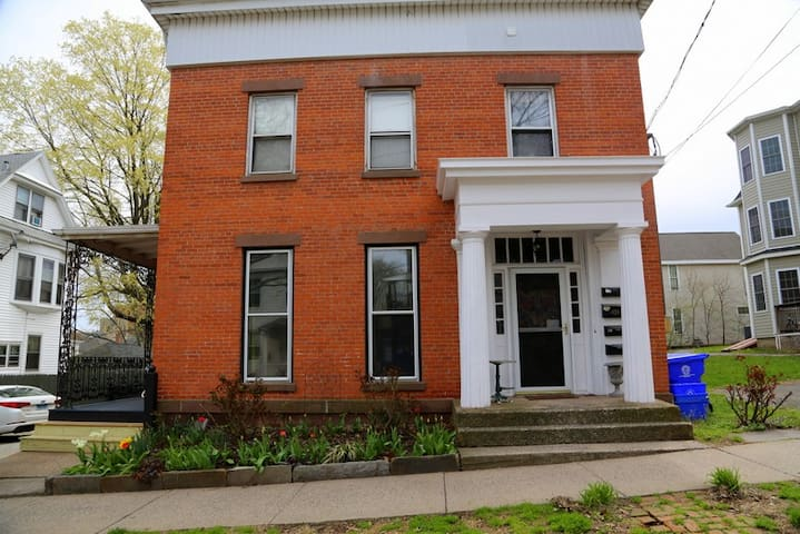 Historic Greek Revival Brick Home - Middletown - Hus