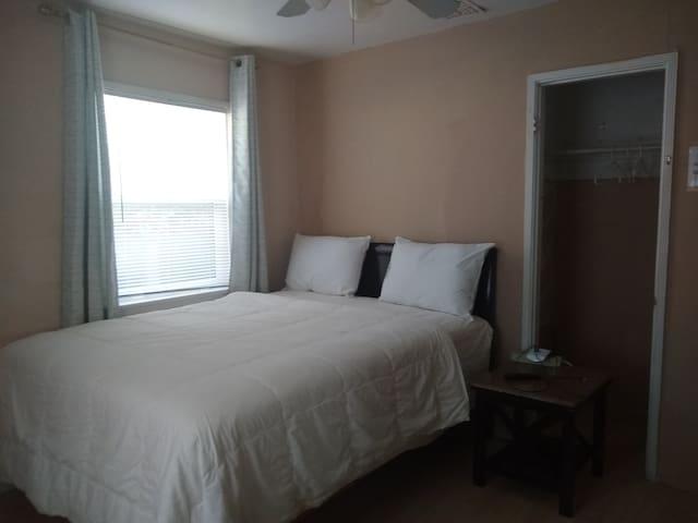 Bedroom A (1 queen size bed)