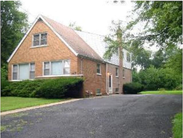 One Bedroom in Large Home with 1 Acre Yard - Matteson - Hus