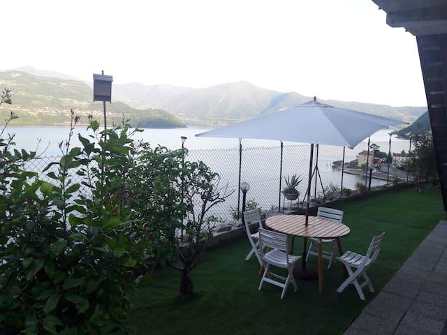 Sul lago d'Iseo di fronte Monte Isola