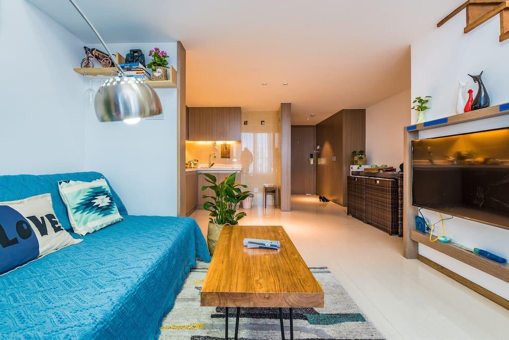 一层:客厅、厨房、阳台、卫生间。
