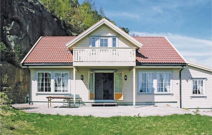 Nice home in Spangereid with Sauna and 6 Bedrooms