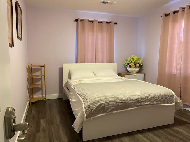 Sweet  room w/ private parking, shared bath