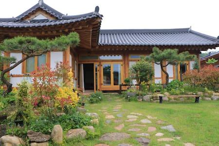노랑방 - 소나무.황토.숯으로만 지은 친환경  한옥주택에서 힐링하세요 - Noan-myeon, Naju-si - Bed & Breakfast