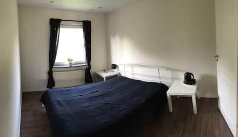 一間雙人房,備有免費泊車位( 1號房)