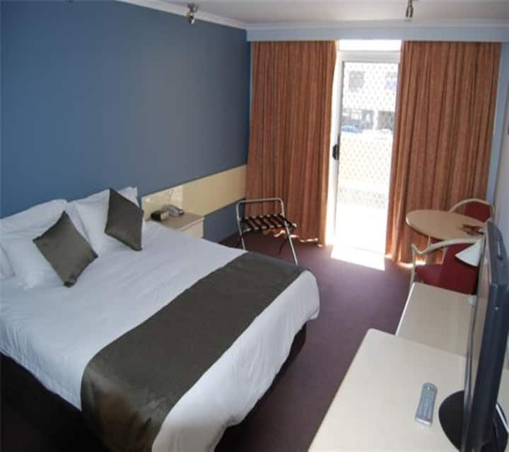 Deluxe King Studio @ Aurora Hotel with access to Pool, Parking & Onsite Restaurant