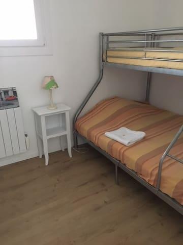 chambre 2. lit double et lit individuel au dessus