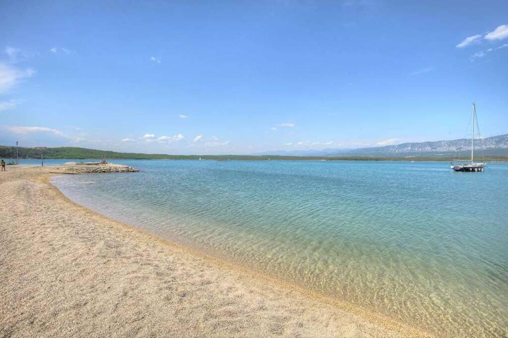 Pogled na obližnju plažu u uvali Soline