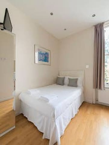 West Kensington Hotel (double room, ensuite)