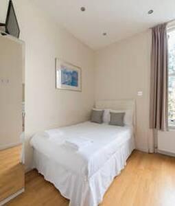 West Kensington Hotel (double room, ensuite)