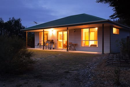 Shucker's Cottage: secluded bush setting,wildlife - Coles Bay