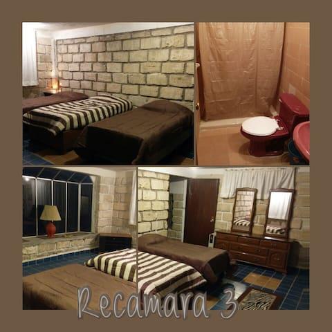 Recamara 3: 3 camas individuales y baño privado