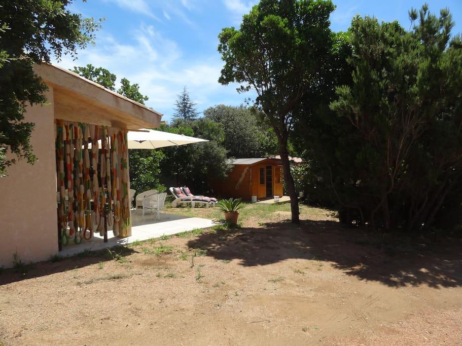 Le jardin vu du portail
