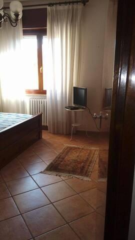 Camera doppia con letto matrimoniale, centro Forlì - Forlì - Apartamento