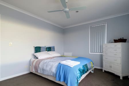 Lovely room, airport 4 mins away - House
