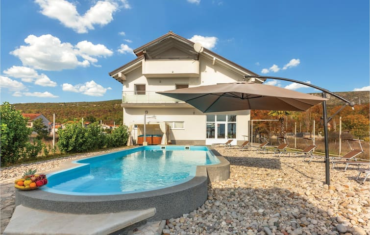 Holiday cottage with 5 bedrooms on 360m² in Vinjani Donji