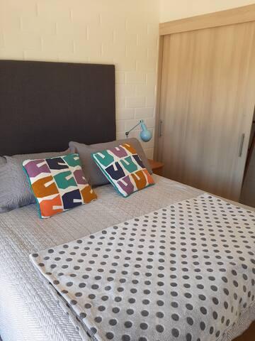 Hermoso dormitorio principal. Muy acogedor y bien equipado.