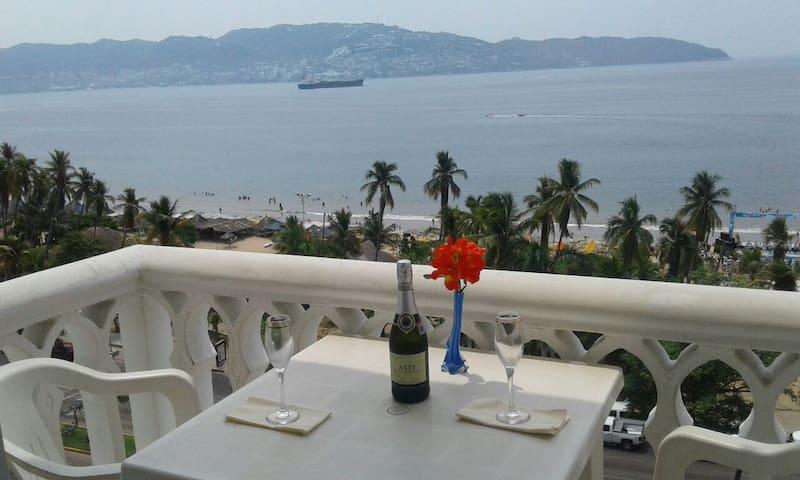 Con vista y frente al mar.