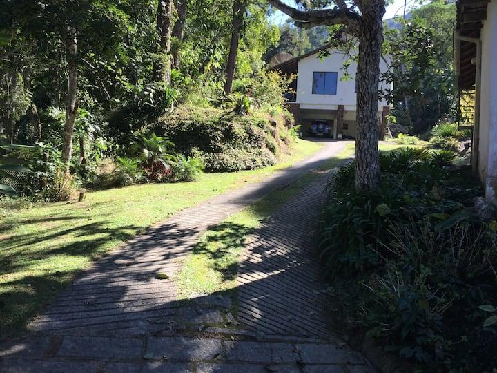 Araras, casa ampla, riacho cristalino