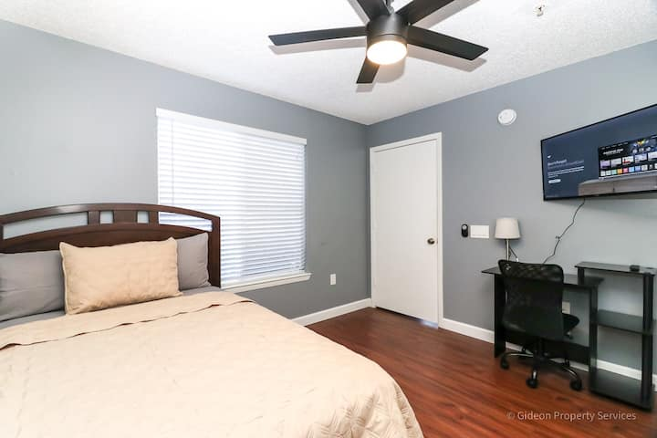 105B - Private Bedroom Minutes from UF & Shands