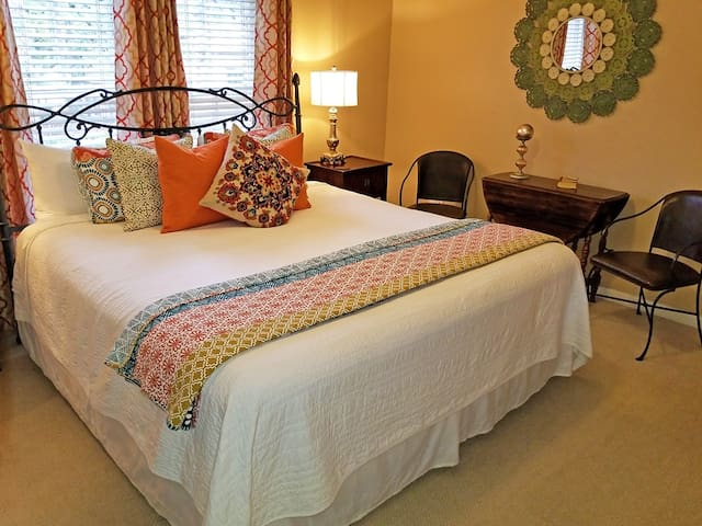 Vintage 1920's Inn -  King bed room w/ private bath - 100 Steps to St. George Street