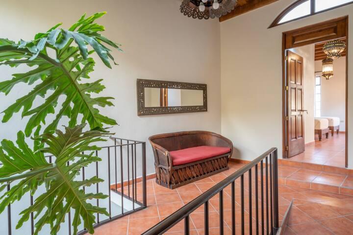 Sala afuera de recámara / Living Room outside the bethroom