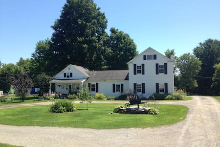Charming Vermont Farmhouse 60 acres - Casa