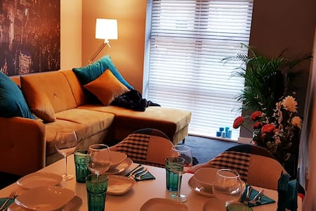 Chic Apt very close to the Airport & NEC
