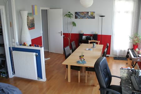 Comfortable room with balcony in Olivet - Wohnung