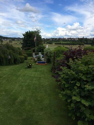 Freier Blick in die Aue. Platz zum faulenzen im Garten.