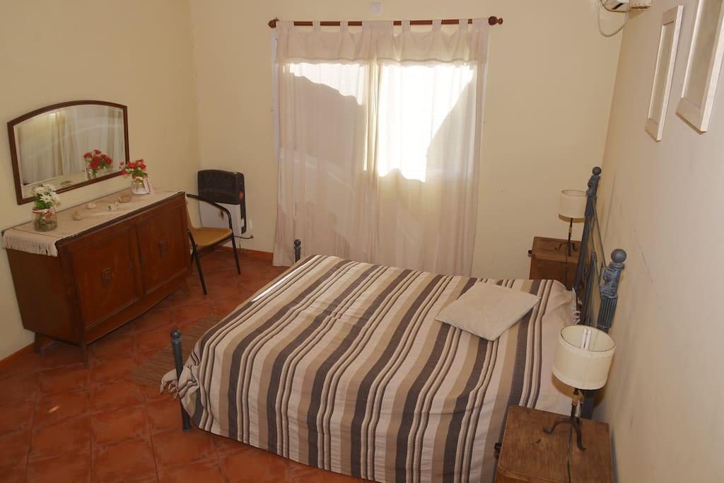 habitación principal en suite con estufa y aire acondicionado
