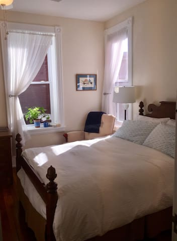 Cozy bedroom, private bath in historic Lancaster