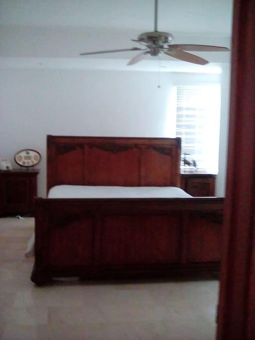 Habitación xl. Con baño y closet integrado y neverita.