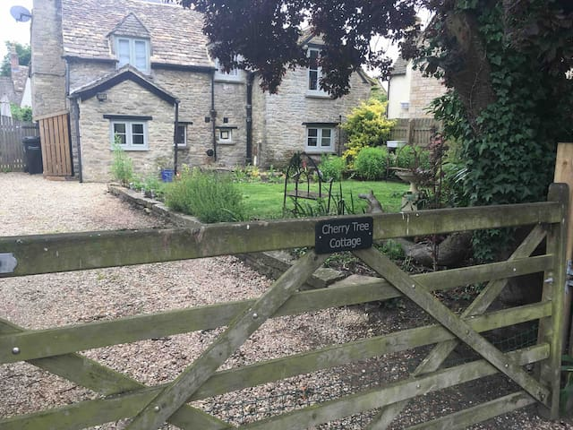 **Cotswold Stone 2 BR Cottage w/parking and garden