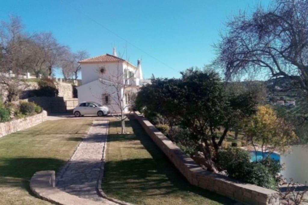 Jardim com piscina privado