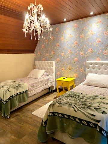 Suíte 5 possui 2 camas box , cada uma com cama auxiliar e berço, o mesmo pode ser movido para qualquer uma das 5 suítes