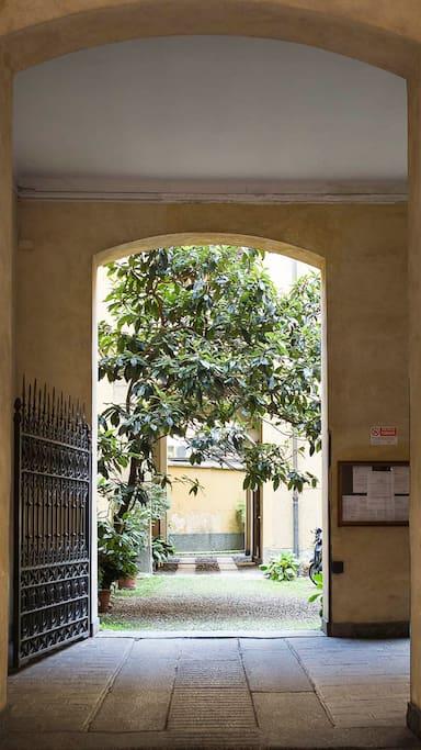 L'ingresso di pregio, con giardino interno.