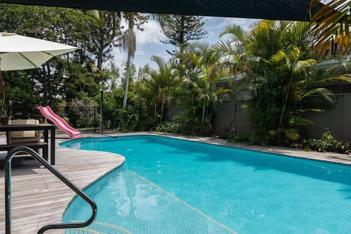 Huge modern central waterfront home - sleeps 17+ - Clear Island Waters - Casa